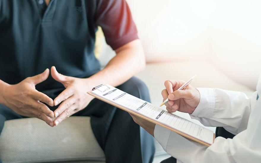 Zapisywanie informacji nakartce przez lekarza